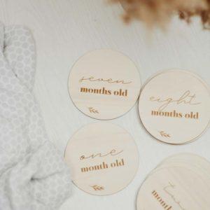 """Ξύλινοι δίσκοι """"My first year"""" από την Pastel Kate."""
